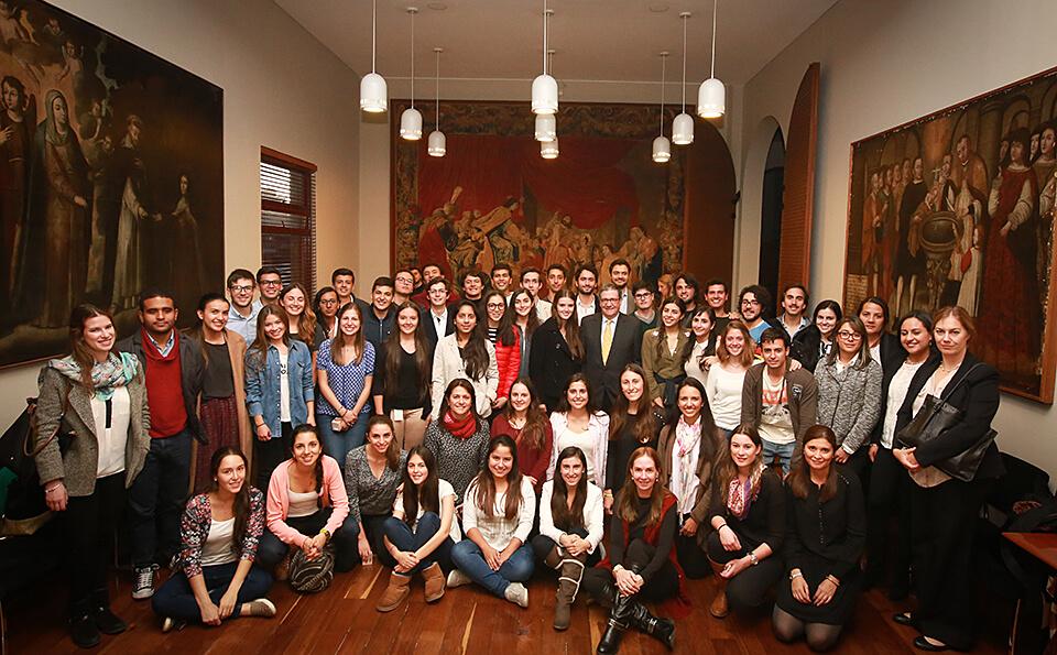 grupo de personas reunidas en un salón posan para la foto