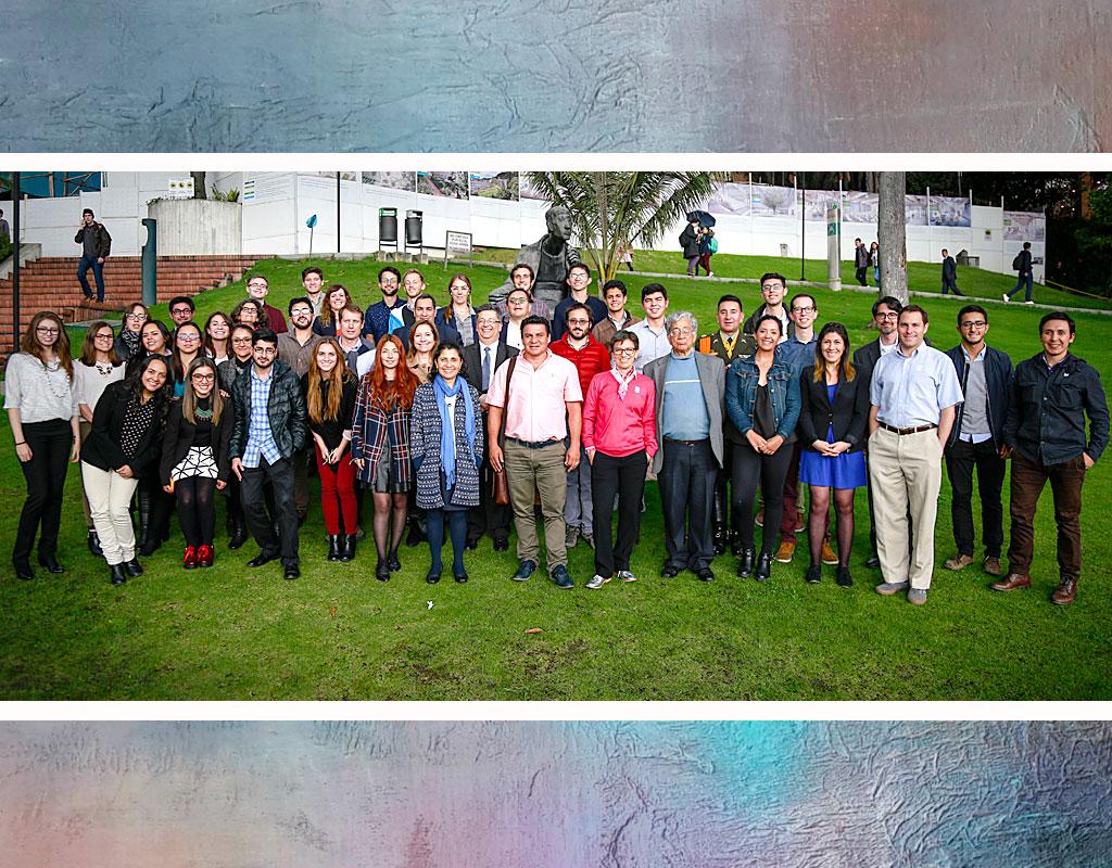 Grupo de estudiantes y profesores de Los Andes y otras universidades que participaron en la hackaton por la paz, en la Universidad de los Andes.