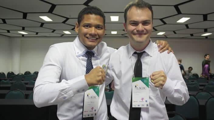 dos hombres con camisa blanca y corbata sonríen en forma de celebración por premio