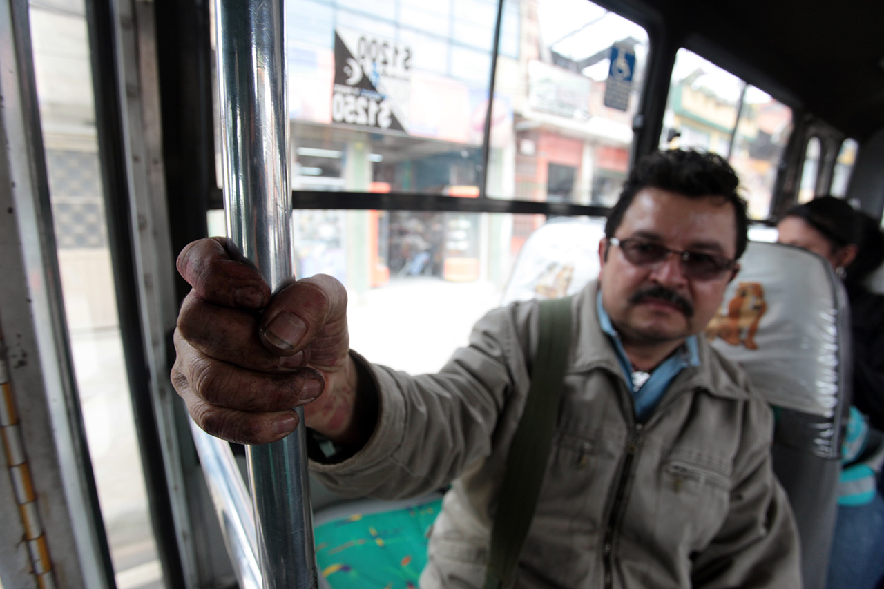 Carlos García viaja en bus a la plaza de Corabastos en Bogotá