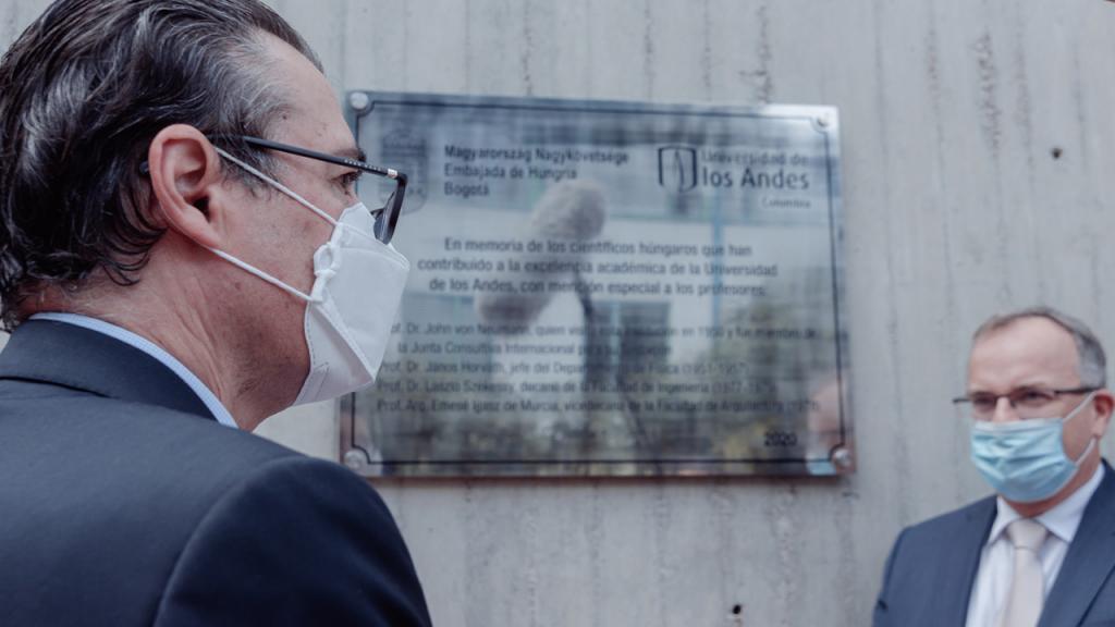 Foto del rector de Los Andes y el embajador de Hungría en Colombia.