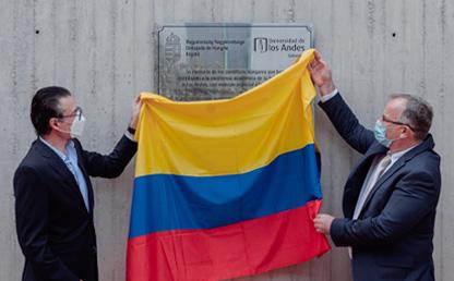 Alejandro Gaviria y Lóránd Endreffy develan la placa.