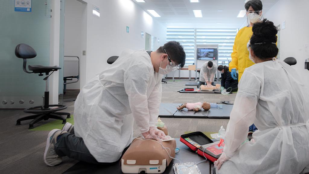 Estudiantes de la Facultad de Medicina haciendo reanimación en un maniquí