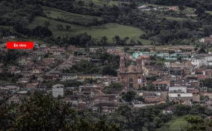 Foto de pueblo e iglesia