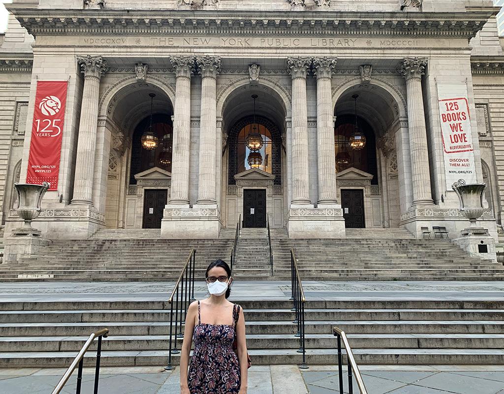 La esposa de Daniel Téllez, frente a la Biblioteca Pública de Nueva York durante la crisis causada por la pandemia del Covid-19.
