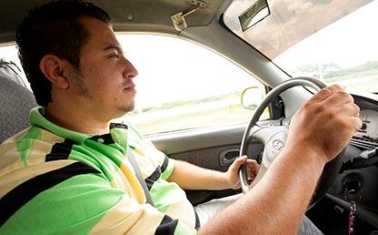 Ánderson Ramírez maneja un taxi en Palmira