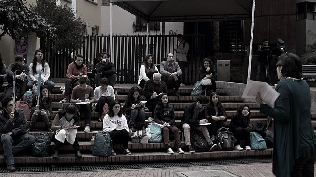 Foto de una clase a la calle de Uniandes