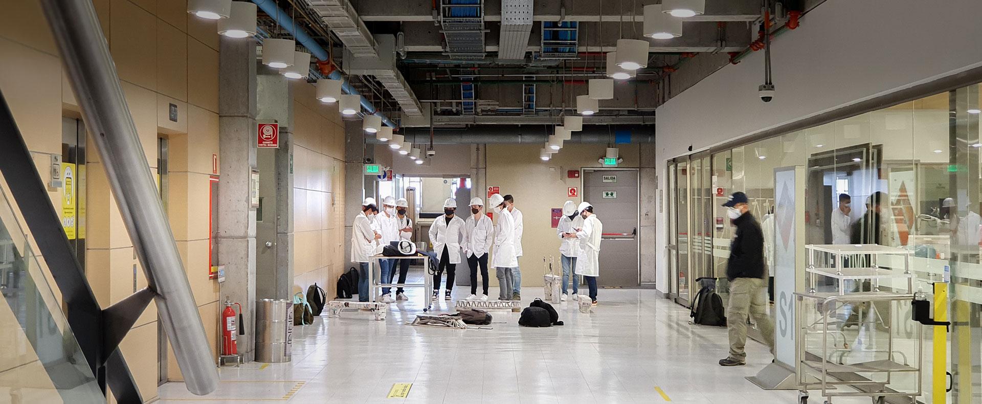 Universitarios en laboratorio conversando