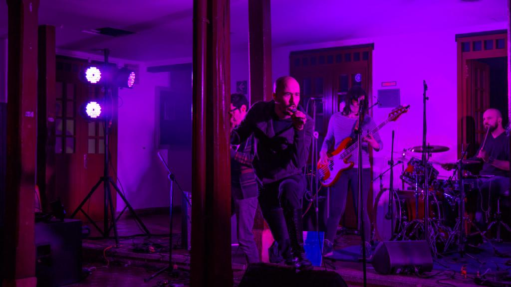 Imagen del vocalista de la banda de rock bogotano La Paralela
