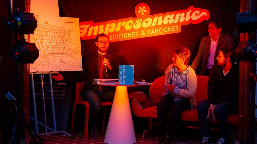 Profesor Manuel Saga entrevistando autores de las publicaciones.