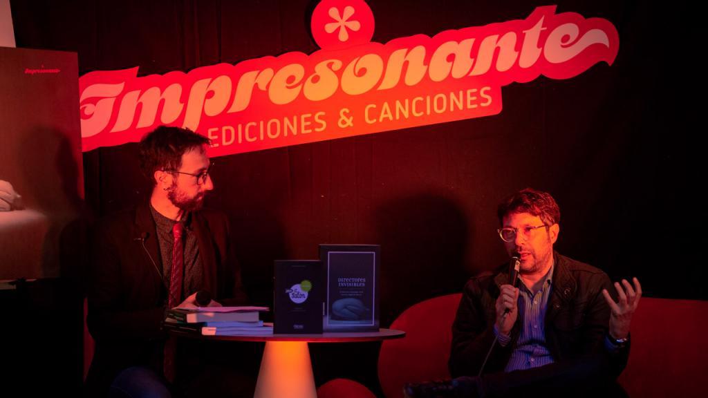 Profesor Manuel Saga entrevistando autores de la publicación.