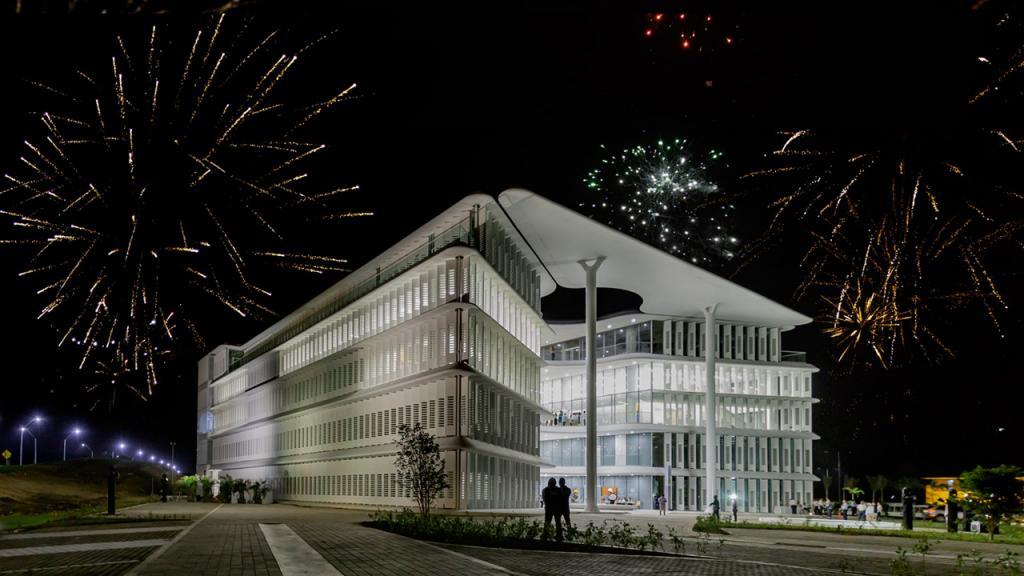 Juegos pirotécnicos sobre el edificio de la Universidad de los Andes en Cartagena