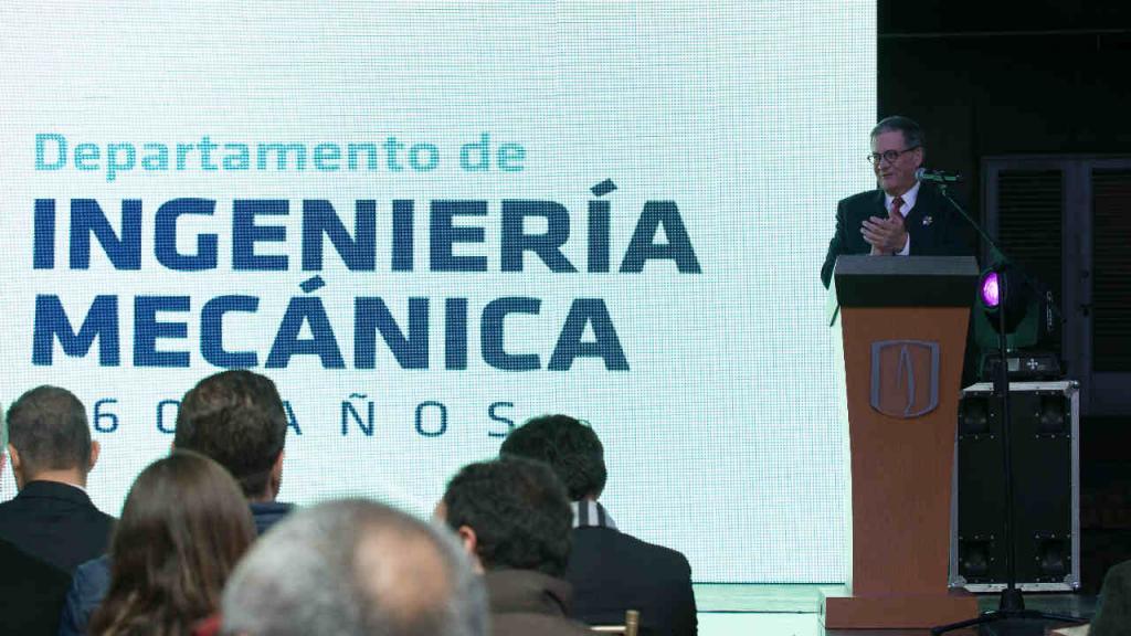 Un señor en un atril, dando un discurso