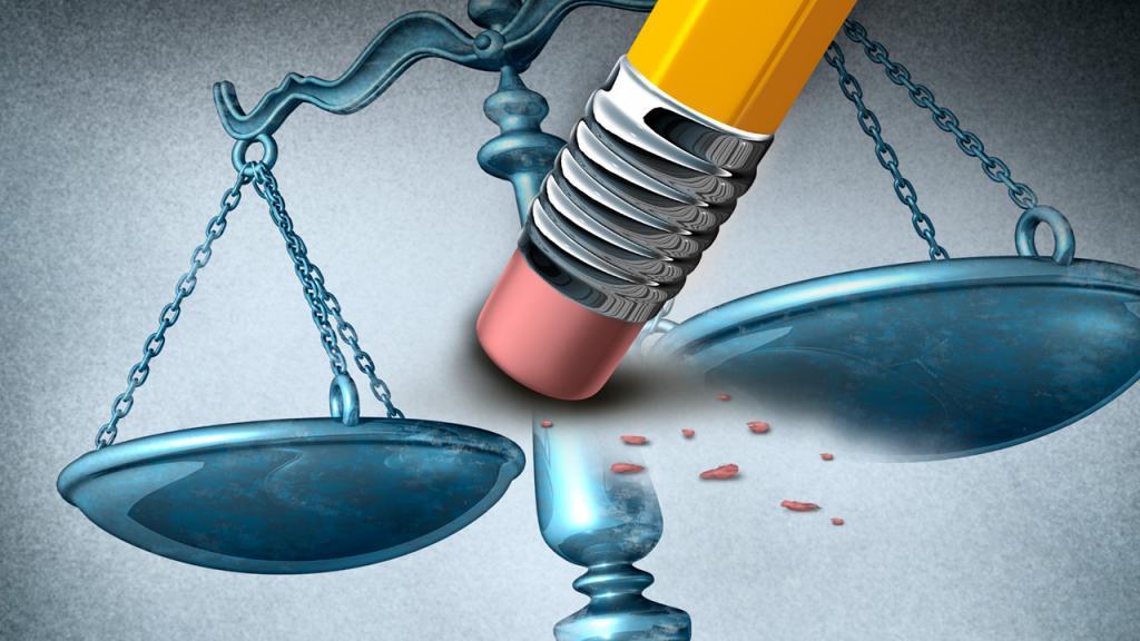 Un lápiz borra la imagen de balanza en la justicia.