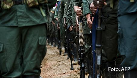 Filas de guerrilleros de las Farc portando fusiles.
