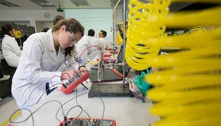 Investigadora en un laboratorio de la Universidad de los Andes