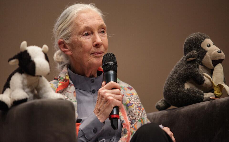 mujer anciana con micrófono en mano