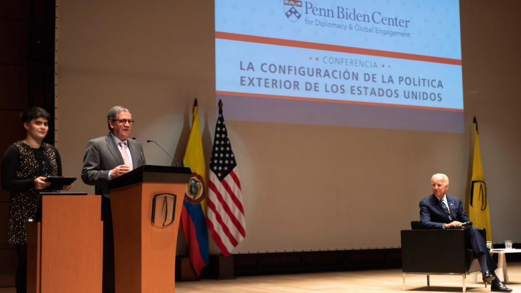 Ana Salazar, estudianterepresentante al Consejo Superior y Pablo Navas, rector de Los Andes dan la bienvenida a Joe Biden,47o Vicepresidente norteamericano.