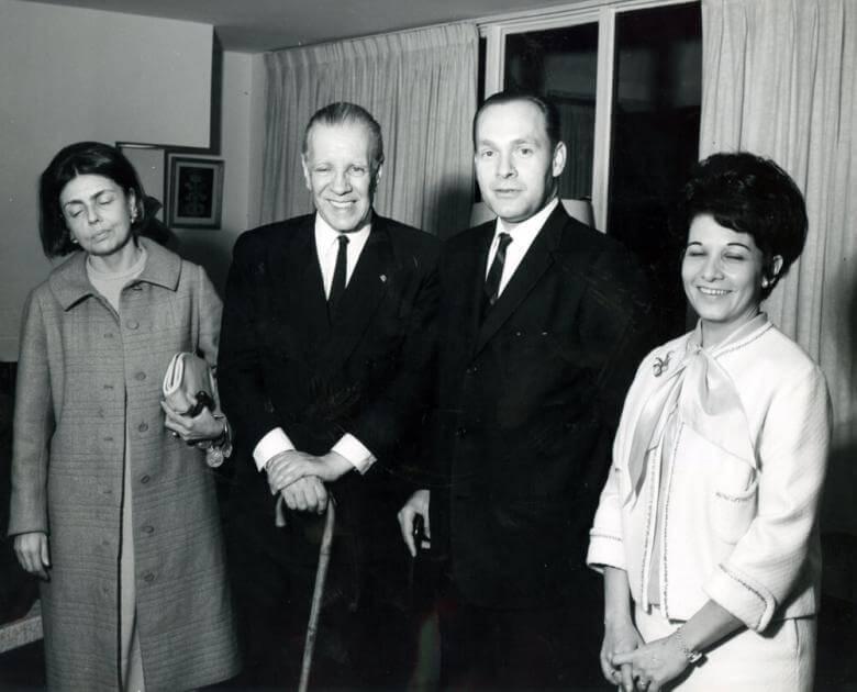 el escritor Jorge Luis Borges posa junto a tres personas en una foto. La foto es antigua y en blanco y negro