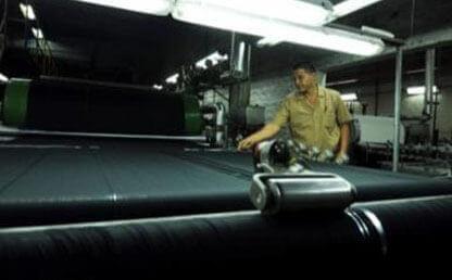 José Fernando cuenta hilos en una fábrica en Medellín