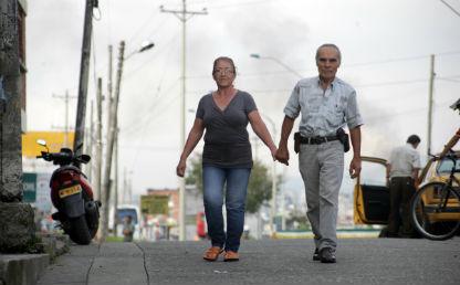 un señor caminando con una señora de la mano
