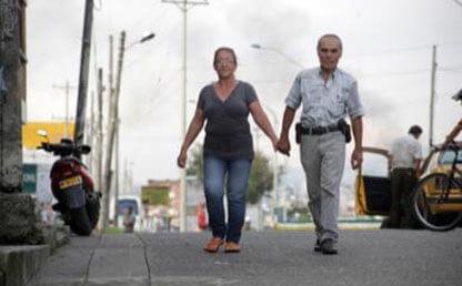 Jose Maria Alcaraz camina con su esposa, armenia, quindio