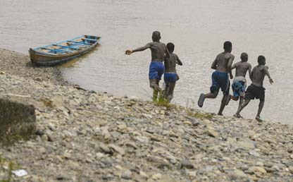 Children running towards the Atrato river