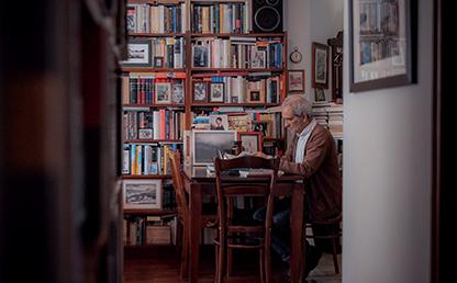 Un escritor en su biblioteca
