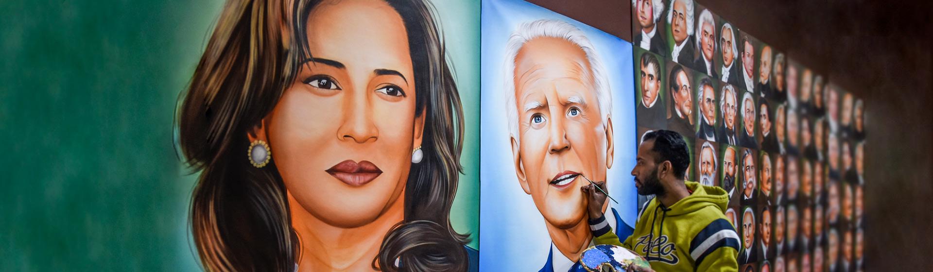 Hombre pinta un mural de Joe Biden, nuevo presidente de Estados Unidos y Kamala Harris, nueva vicepresidenta.