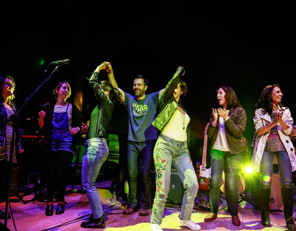 El público baila en el escenario