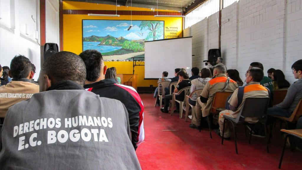 Reclusos y miembros de seguridad de la cárcel La Modelo, asisten al lanzamiento del estudio sobre derechos humanos.