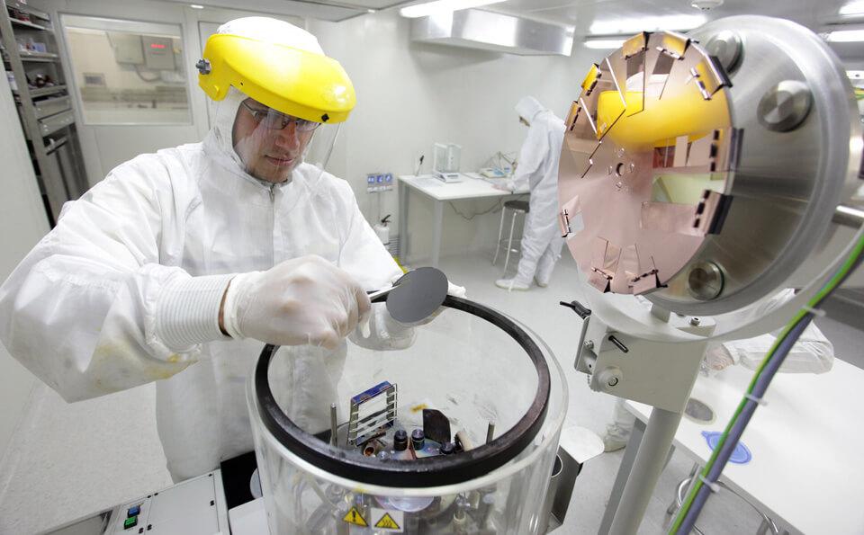 Persona con traje de protección en un laboratorio