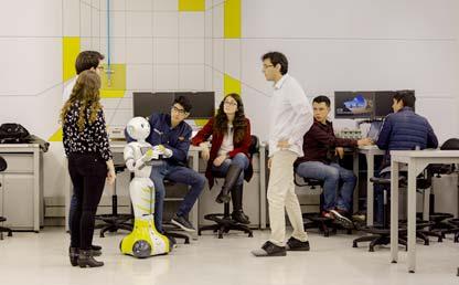 Estudiantes interactúan con robot