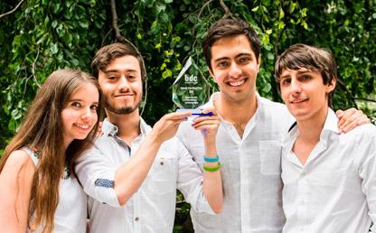 Cuatro estudiantes de Diseño, de Los Andes, muestran el premio que recibieron en Nueva York.