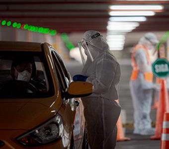 Taxista tomándose prueba PCR