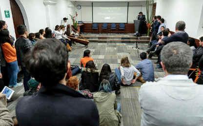 Un auditorio lleno de invitados durante la presentación del libro en la Universidad de los Andes.