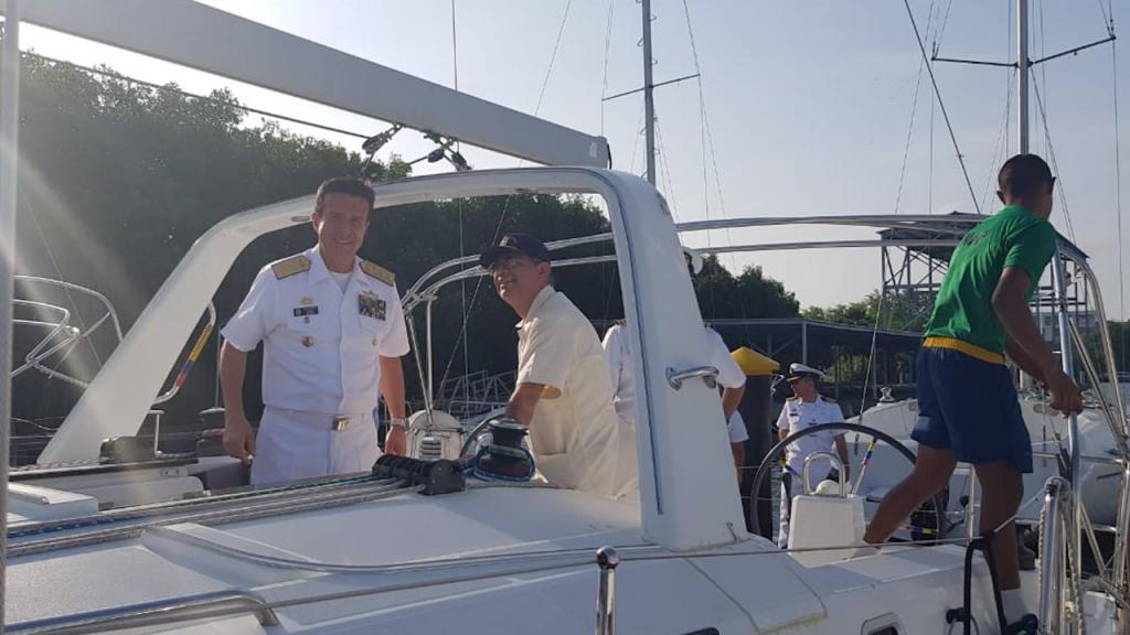 Uniformado de la Armada Nacional de Colombia y el Decano de Ingeniería de Los Andes comandan un yate.