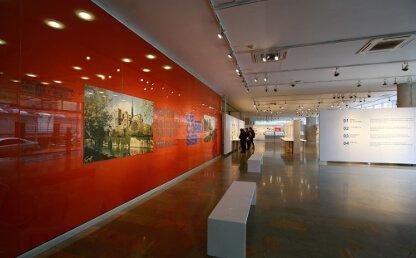 Personas observan la exposición Los viajes de Le Corbusier en la Universidad de los Andes