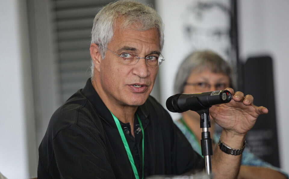 Hombre con camiseta negra da conferencia sobre documentales