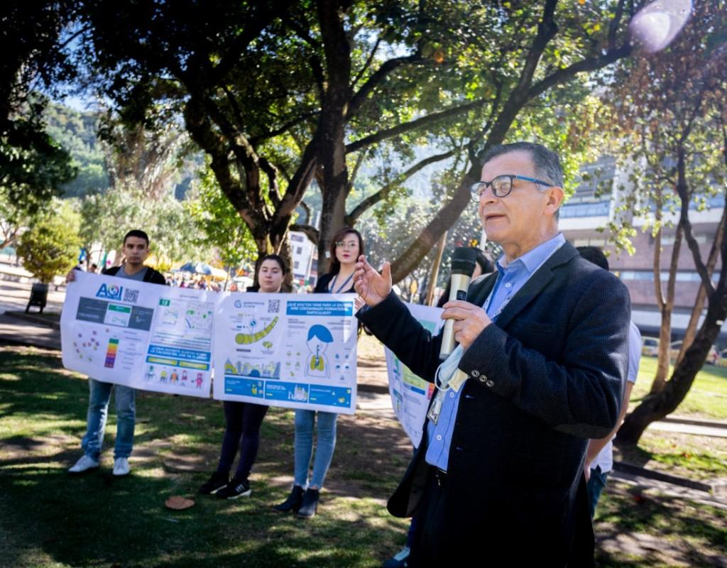 Foto de Luis Jorge Hernández con estudiantes en el campus de Los Andes