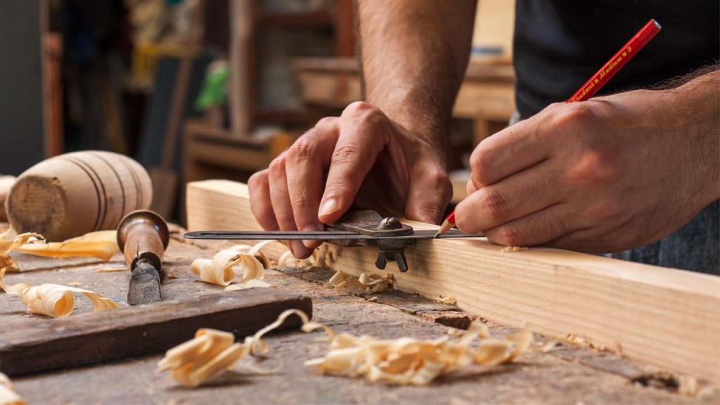 Imagen de hombre trabajando madera en un taller