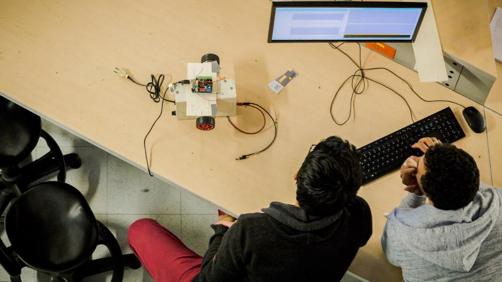 Dos estudiantes miran un computador
