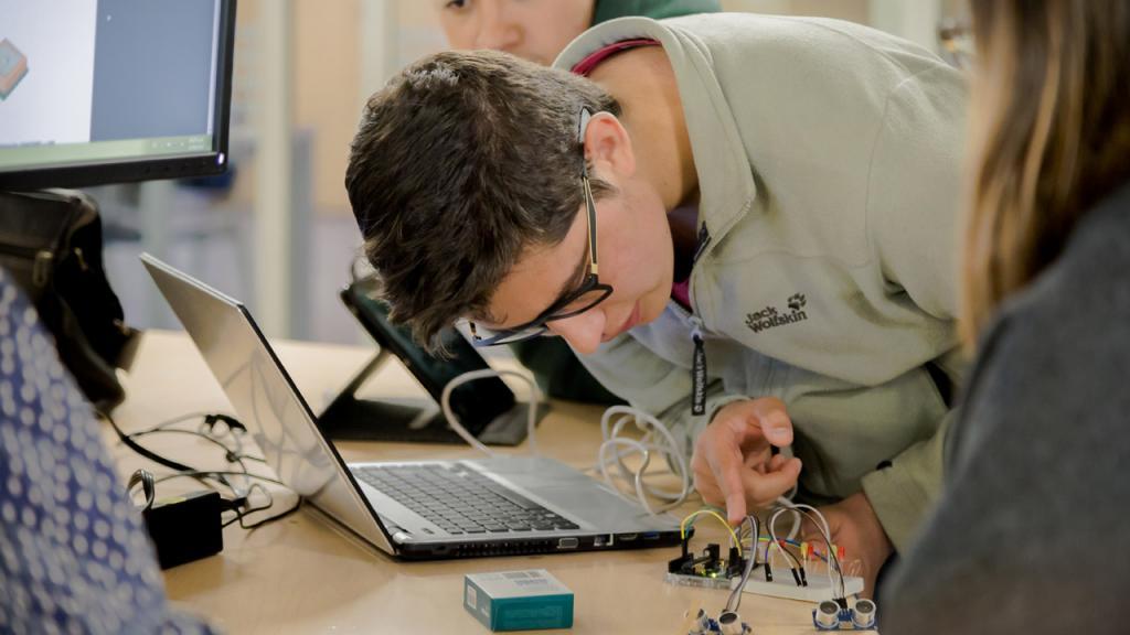 Estudiante arma un prototipo