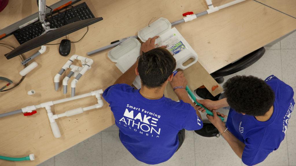 Jóvenes trabajan en un prototipo durante la Makeathon: Potato Challenge