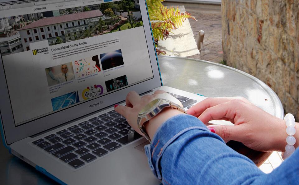 manos de una mujer sobre el teclado de un computador portátil