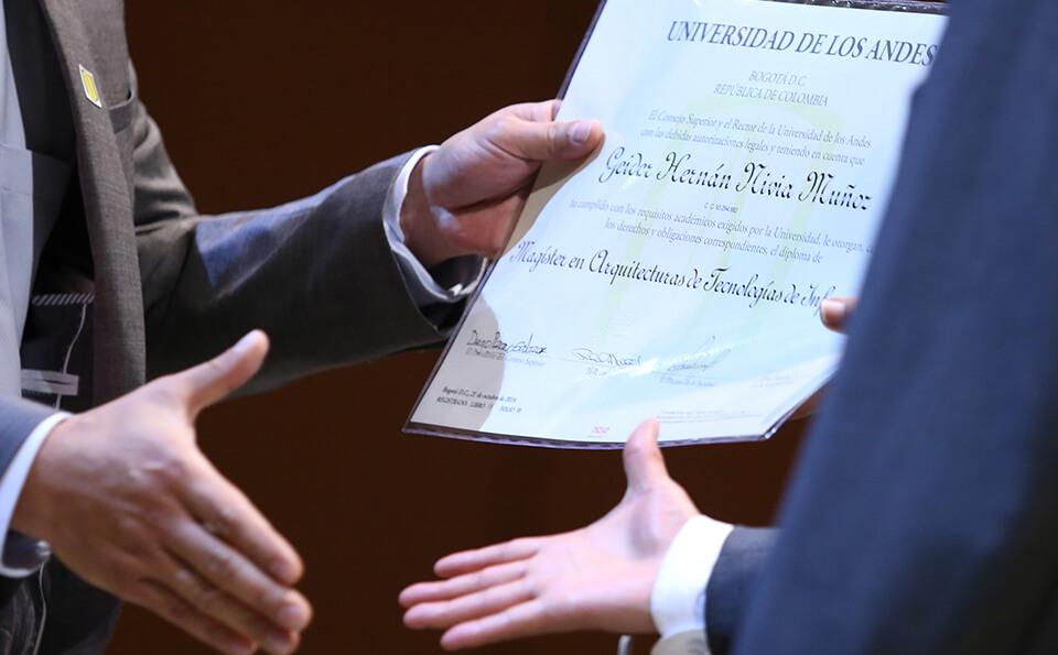 Foto manos recibiendo diploma