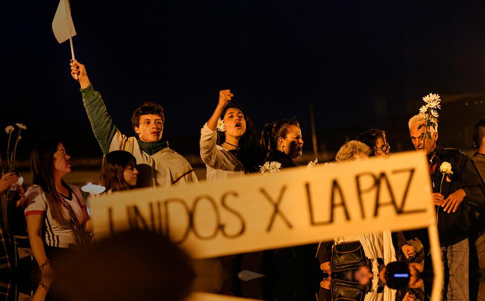 Jovenes marchando con carteles sobre la paz