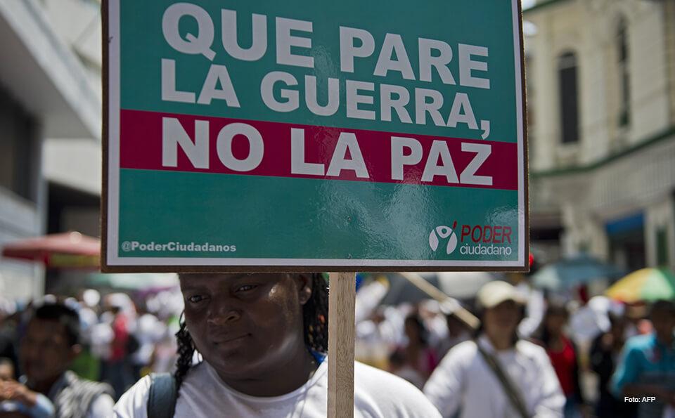 personas en una marcha por la paz