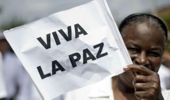 Mujer afro levanta banderin de la paz