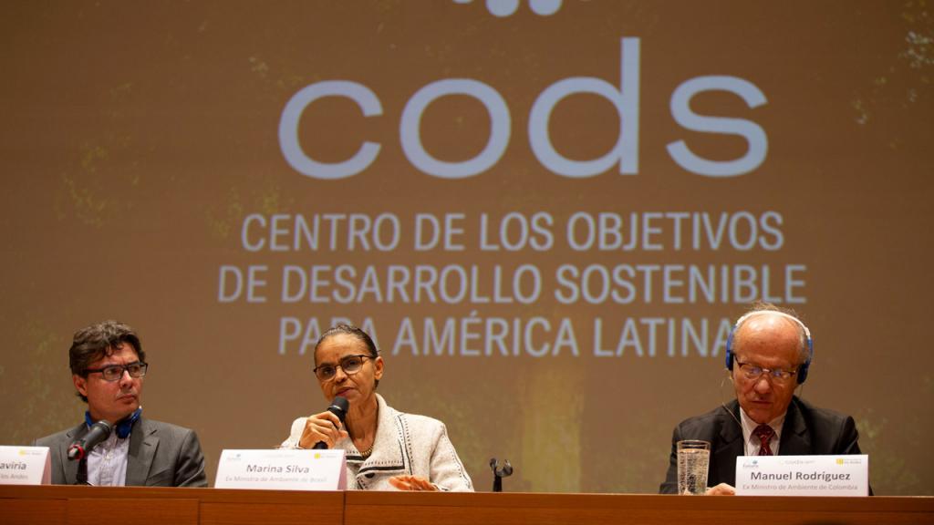 Tres personas sentadas en el auditorio ML de Los Andes